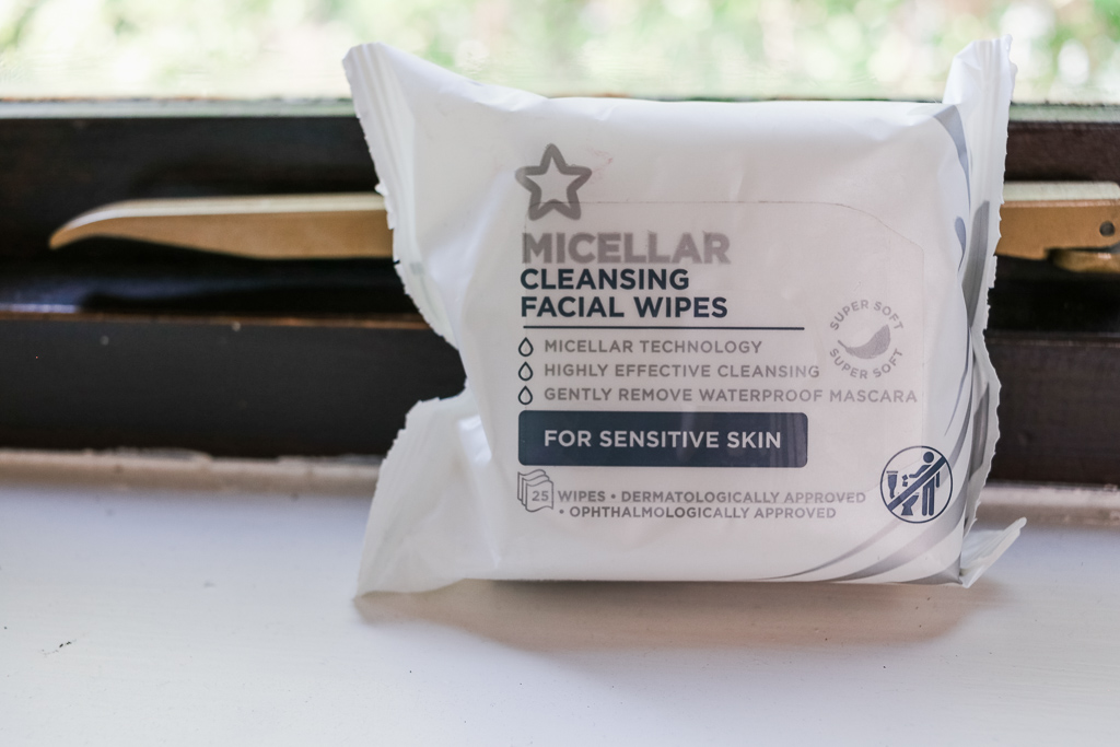 Micellar cleansing facial wipes
